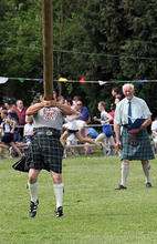 Old_Meldrum_Fyvie_141_Tossing_the_Caber